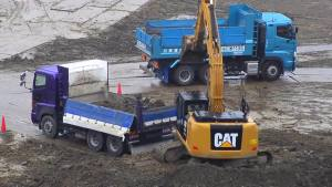 实拍:卡特320E挖掘机给卡车装土过程