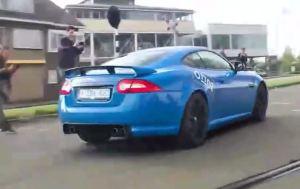 淡蓝色捷豹XKR-S,开在路上回头率极高,帅爆了!