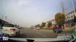 随意变道险撞白车被白车怒而拦截