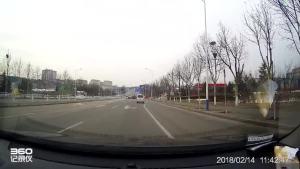 车流中鬼探头的摩托车直接被面包撞翻