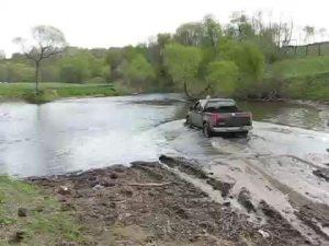 日产纳瓦拉过河极端4x4越野路面测试