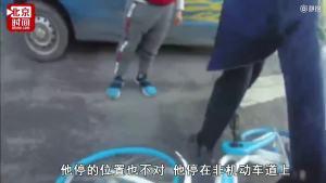 爷爷停车路边突开车门撞倒路人