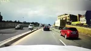 白车强行超车变道不成,还把红车别到了外道