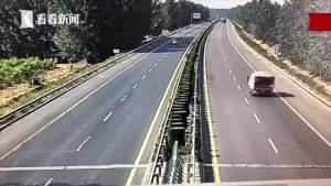 吓懵!开着开着轮胎飞了 车子失控旋转720度