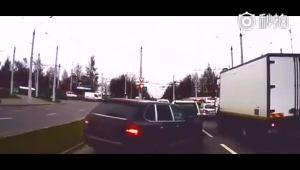 黑色SUV强行变道插队 结果给一脚踹掉反光镜!