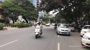 四辆豪车开上印度街头,看下有啥反应?摩托党疯狂了