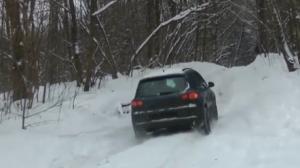 雪地上坡,奇骏轻松通过,途观趴窝了