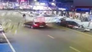 惊险!货车路边倒车 被飞驰轿车掀翻