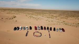 DAY6丨在腾格里沙漠中穿行,上海大队为祖国庆生