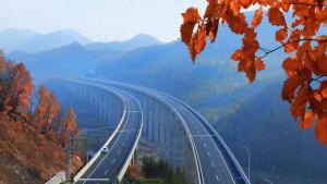 """中国霸气的""""天梯高速"""":连接270座桥和隧道!"""