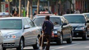 红绿灯时乞丐强行乞讨,车主拒绝居然砸车殴打车主