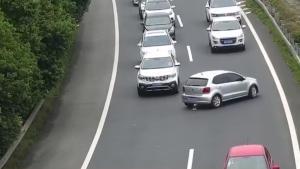 国庆女司机再出奇葩事!高速公路当着交警面掉头?