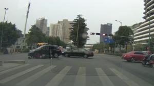 一个拐弯 电动车大妈被撞到翻跟头
