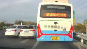 没保持好车距被左右车辆夹在中间剐蹭 责任谁的