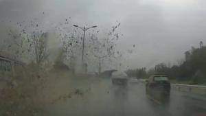 雨天出行 请注意这么开车的挖坑给你跳
