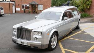 国外土豪把劳斯莱斯旧车改造成灵车,给你最顶级服务