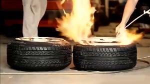 大车补胎很危险,但故意点火炸一下就复位是什么原理