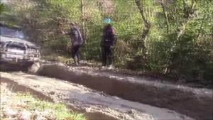 玩脱了!兰德酷路泽挑战泥路两次趴窝