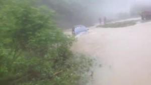 实拍越野车过河被洪水冲跑了