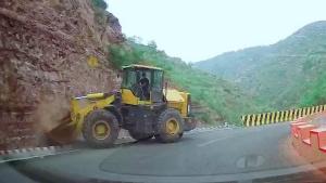 大铲车上公路不太适应,没走几步撞了