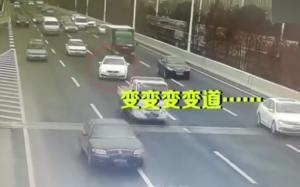 高速违规变道危害多,过高速出口时要加倍小心