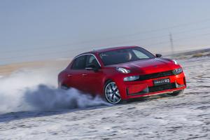 在冰雪路面飙到170km/h是种什么样的体验?