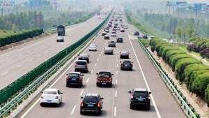 在高速上开车,遇到这种情况你会怎么做?老司机经验多