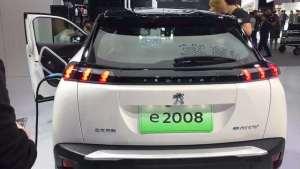 车展抢鲜看:标致纯电动版e2008外观,狮爪造型尾灯