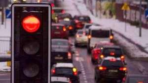 遇到红灯一直不变,如何通过不算违章?老司机经验多