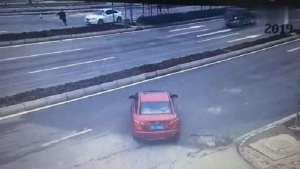 行人抢过马路被来不及刹车的小车直接撞倒
