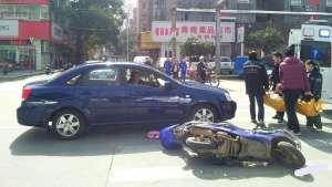 来往车流中电动车随意穿行,引发事故究竟害了谁?