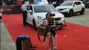 风神汽车旁边的小姐姐唱歌挺好听