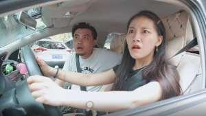 小夫妻俩开个polo去停车,遇到开宝骏E100的美女,丈夫瞬间崩溃了