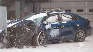 大众速腾与起亚K3碰撞测试对比,想买车的可以看看