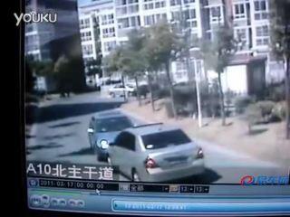 猛女对战 小区内互不让路两车对撞