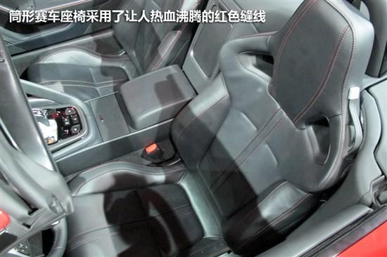 汽车的经典logo.在双炮筒式仪表盘的中央带有捷豹的标志性设高清图片
