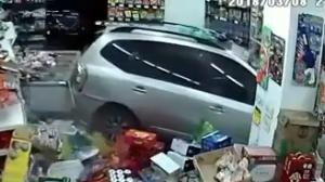 """司机上演好莱坞""""劫匪大片"""",SUV直接冲进便利店"""