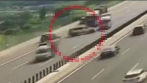 猖狂至极!高速公路三车逆向狂飙,大货车遭了殃