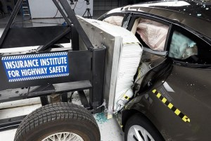"C-NCAP新规发布 新能源车正式迎来""安全考试""| 汽车产经"